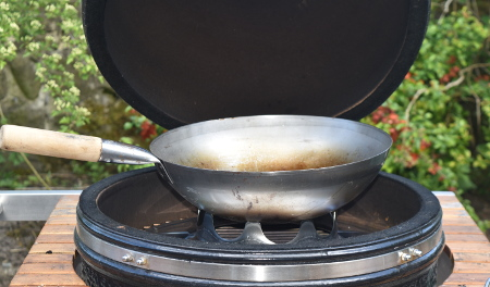 Here's the set up we have on our Monolith - wok stand and wok